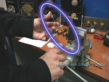 Процедура взлома замка состоит в нагрузке засова замка в сторону открывания самим наборным ключом (фото 4),