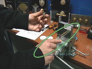 и манипуляции (прощупывания) с помощью отмычки-поводка (крючка) сувальд кодового механизма (фото 5), для определения кода конкретного секрета, путем подъема и опускания сувальд верх - вниз.