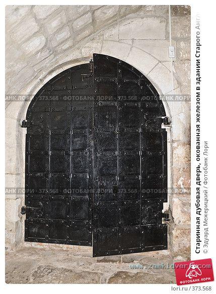starinnaya dubovaya dver okovannaya zhelezom v zdanii 0000373568 preview