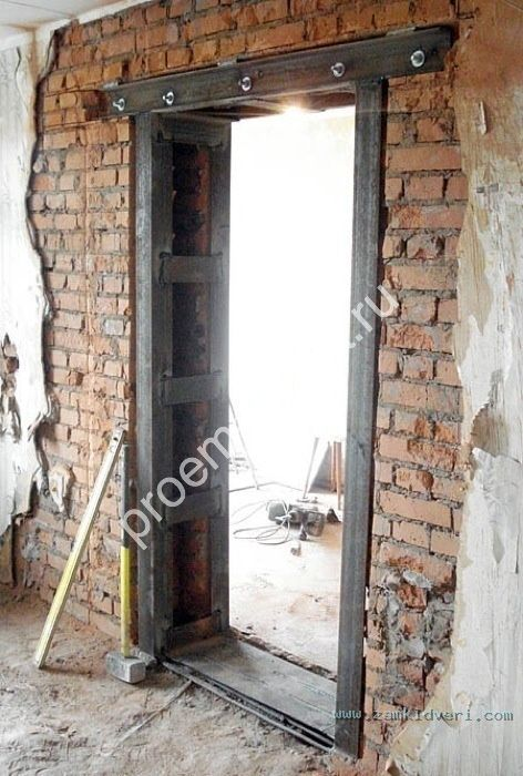 вставить железные двери в кирпичный дом