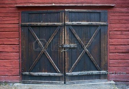 10080490 Старая деревянная дверь с замком