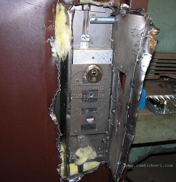 Взломанные двери относительно примитивными способами