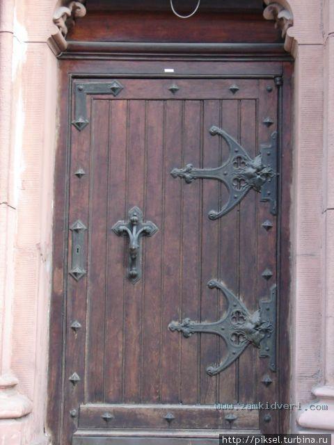 двери дубовые входные с элементами ковки