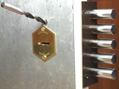 Типичный способ взлома дверного замка.