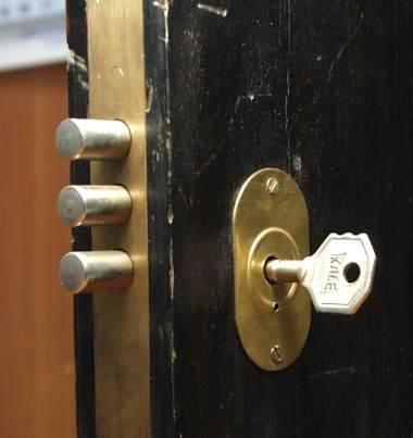 Изображение добавлено. 2323. Взломанные двери и замки. Альбом.