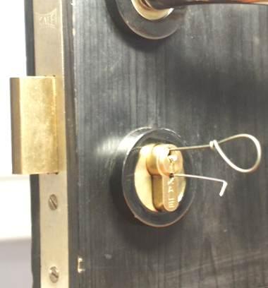 Раз в жизни приходя домой обнаруживал, что у него нет ключей в кармане.