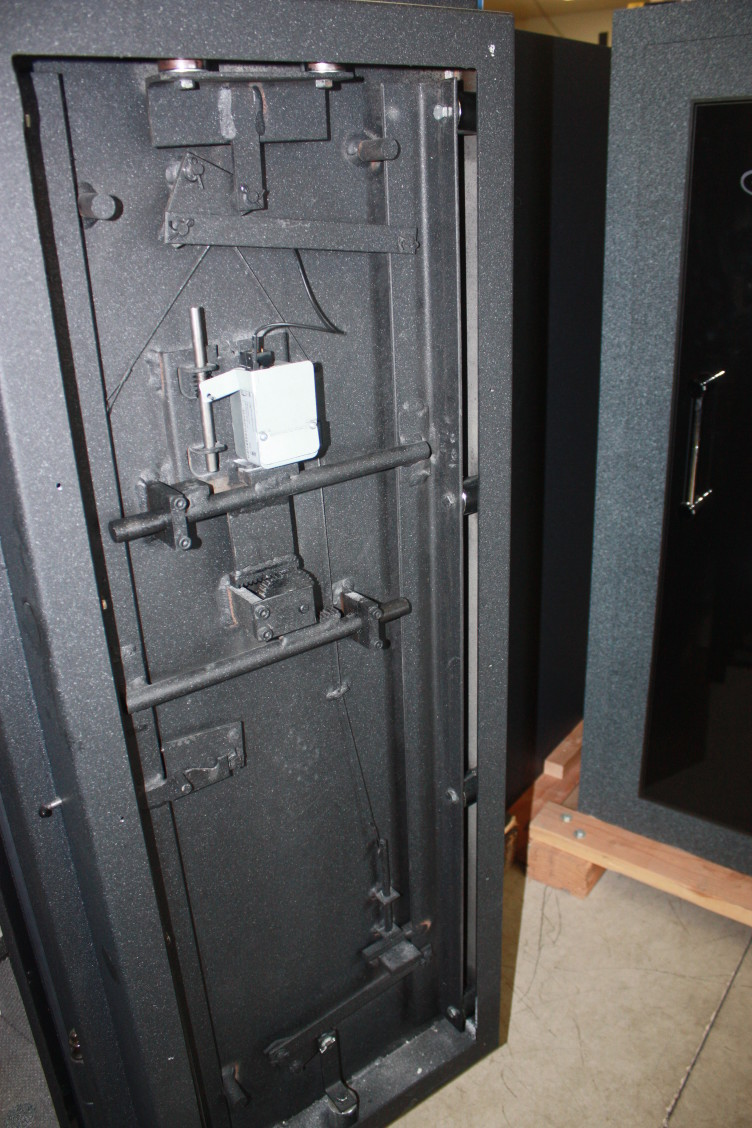 А чё там сверху на двери?